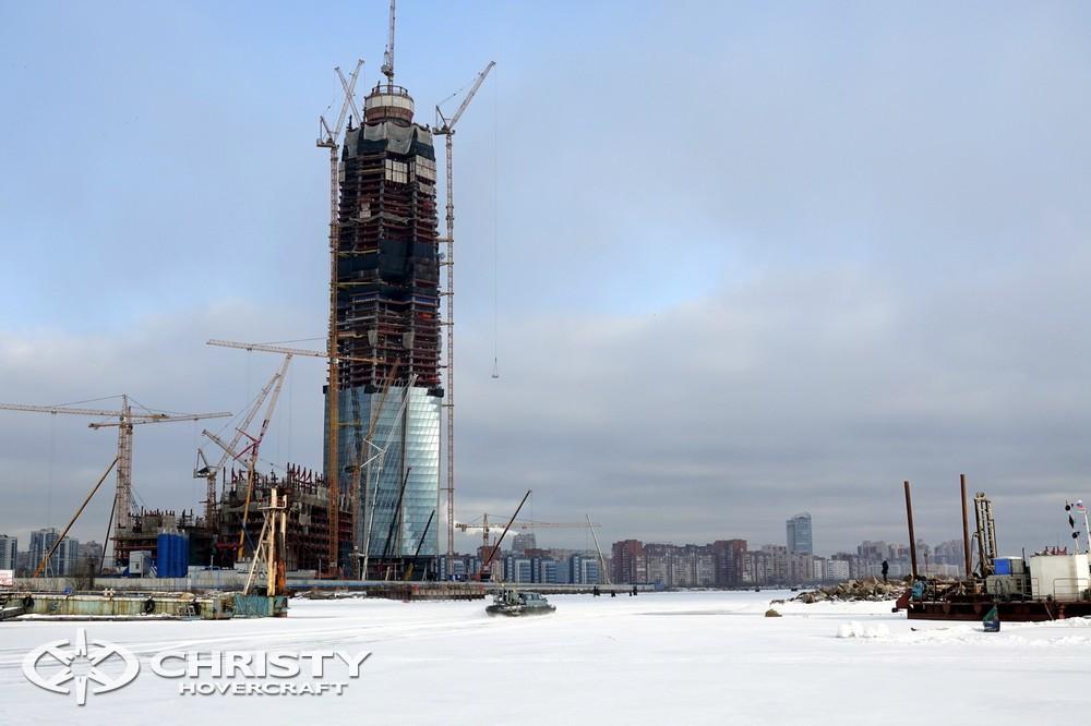 Тест-драйв амфибии на воздушной подушке проводился на фоне строительства небоскрёба, который станет одним из самых высоких в России и Европе зданий - высота составит 462 метра. | фото №17