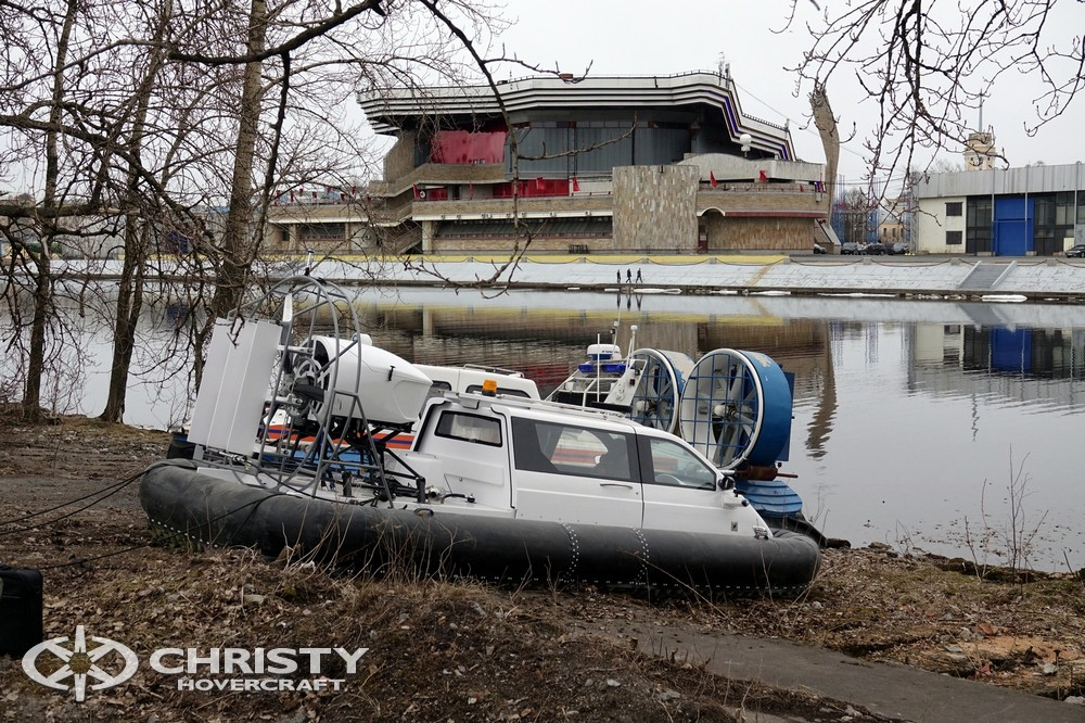 Судно на воздушной подушке Christy 5143 двигается по суше к воде | фото №12