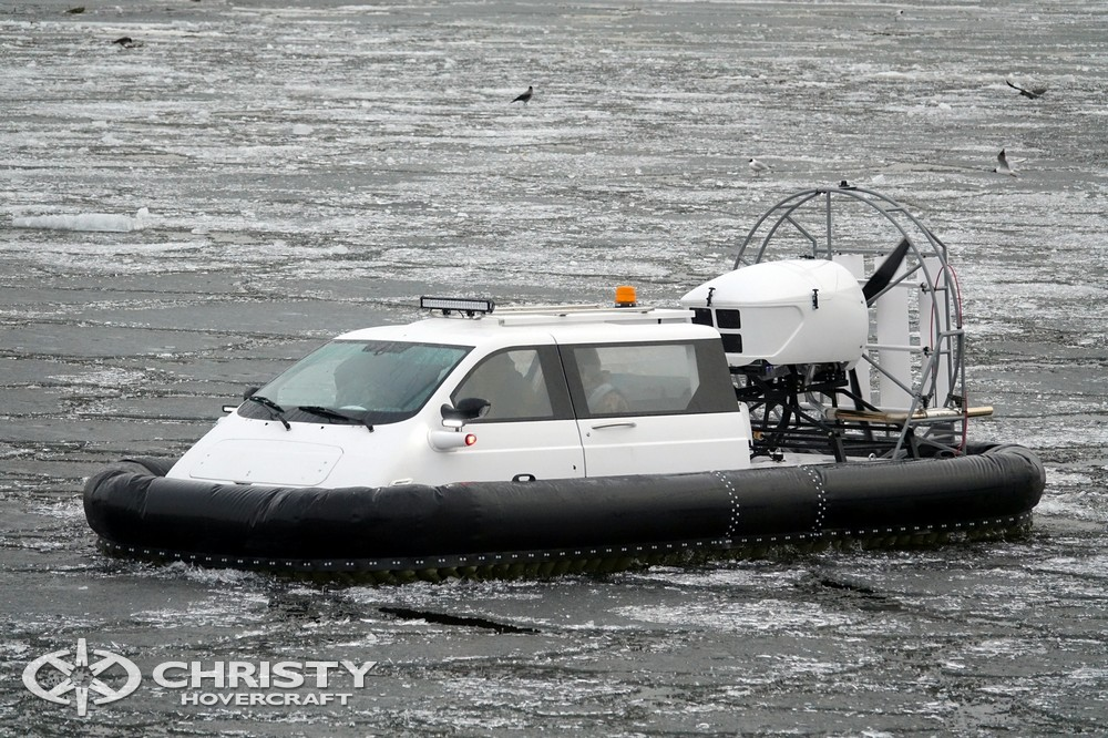 Амфибийный катер Christy-5143 уверенно движется по покрытой льдом поверхности | фото №23