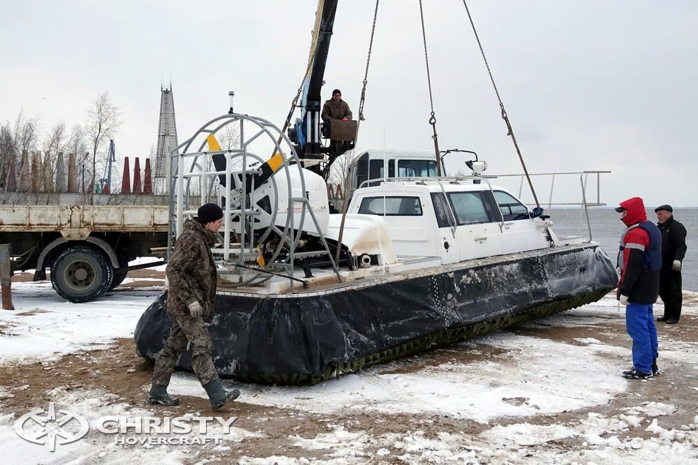 Погрузка и разгрузка катера на воздушной подушке выполняется быстро и просто. | фото №4