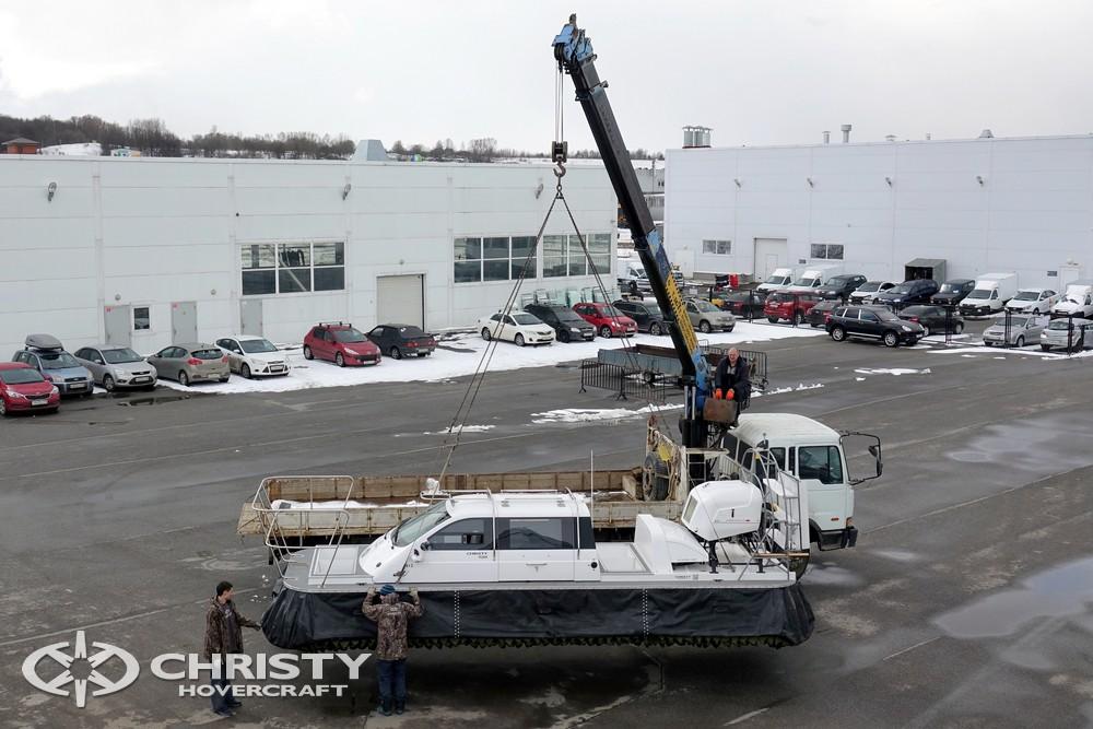 Погрузка судна на воздушной подушке Сhristy-9205-fishing-edition | фото №1