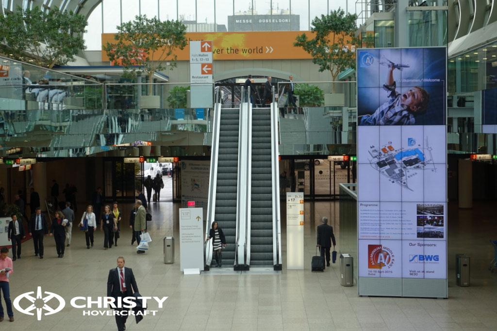 Центральный холл выставки. Вид на лестницу. | фото №10
