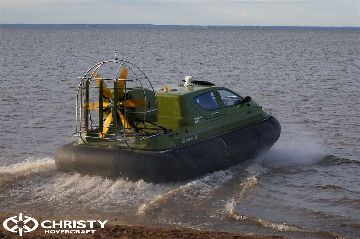 Судно на воздушной подушке Christy 6183 на воде. Цвет корпуса военный с чёрной подушкой | фото №10