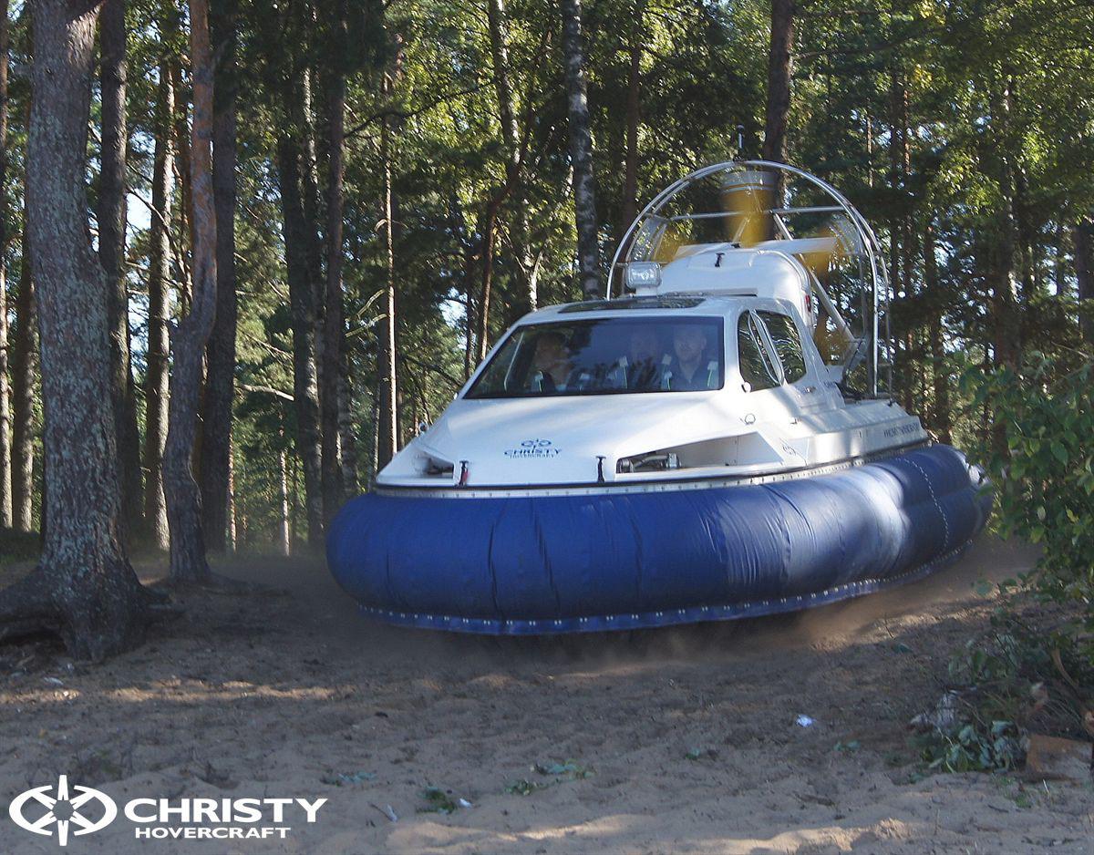 Судно на воздушной подушке Christy 6183 в лесу. Белый цвет корпуса с синей подушкой | фото №16