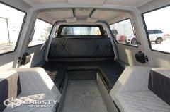 Комфортабельный салон амфибии на воздушной подушке с тремя двухместными диванами | фото №5